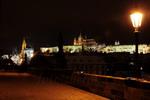 zasněžená noční Praha a Pražský hrad